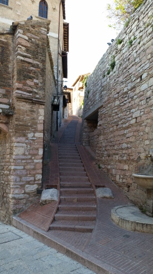 I think this is the same set of steps. Look at the overhang above the doorway on the left. (!)