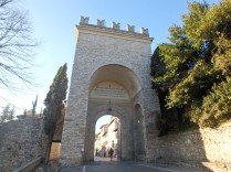 After a 300-meter climb, we reached Porta Nuova, of the gates into Assisi.